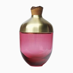 Skulpturale Vase aus geblasenem Glas und Messing von Pia Wüstenberg