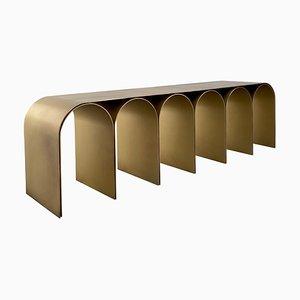 Banco Arch de acero dorado de Pietro Franceschini