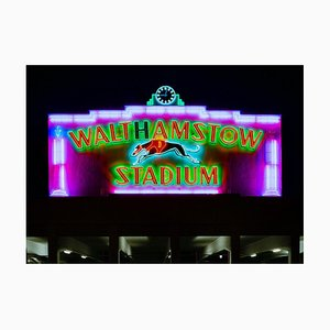Walthamstow Stadion in der Nacht, London - British Sign Color Photography 2001