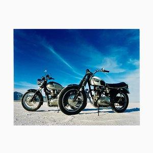 Richard Heeps, A Triumph Bonneville, Bonneville, Utah, Amerikanischer Landschaftsfarbphotographiedruck, 2003