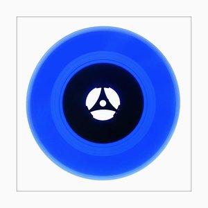Colección de vinilo del lado B, azul de los años setenta, fotografía en color de arte pop contemporáneo 2016