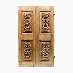 Antike kleine Doppeltüren aus Walnussholz mit geschnitzten Paneelen, 18. Jahrhundert, Italien