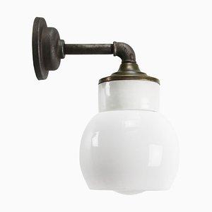 Lampada da parete vintage industriale in ottone e vetro opalino in porcellana bianca opalina