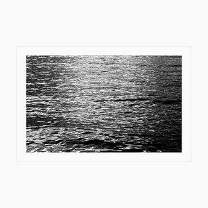 Schwarze und weiße abstrakte Wellen unter Mondlicht, nächtliches nautisches Giclée 2020