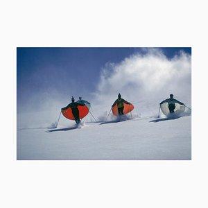 Slim Aarons, Caped Skiers, Imprimé C Oversize Encadré en Blanc, 1967