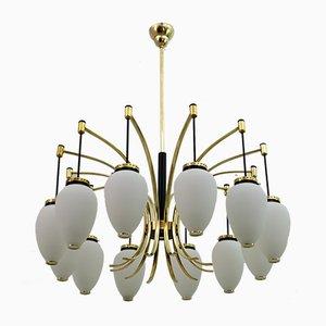 Lampadario Mid-Century moderno in ottone e vetro opalino a 12 luci di Stilnovo, Italia, anni '50