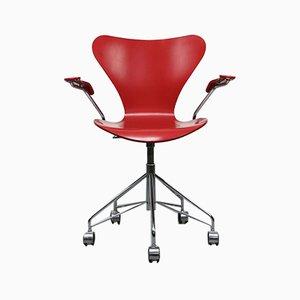 Sedia girevole modello 3217 rossa di Arne Jacobsen per Fritz Hansen