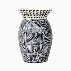 Vase à Motifs Graphiques Linéaires par Dana Bechert