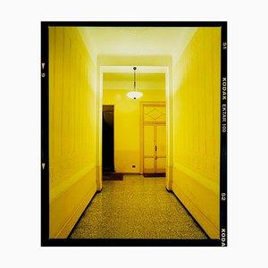 Corredor amarillo, noche, Milán, fotografía arquitectónica en color italiana 2019