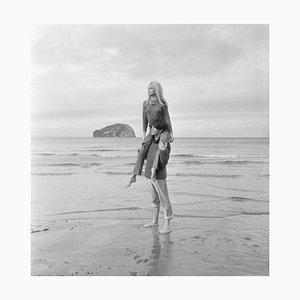 Stampa Brigitte Bardot in resina argentata con cornice bianca di Jim Gray