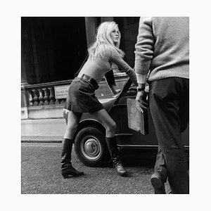 Minigonna Brigitte Bardot per auto con stampa in resina argentata e cornice bianca di Michael Webb