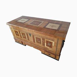 Coffre antique avec incrustations en bois massif