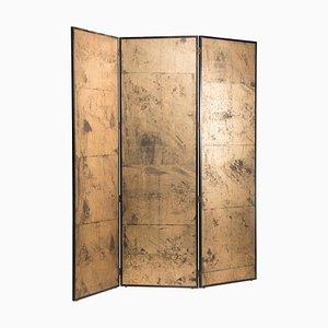 Separador de ambientes de tres paneles dorado sobre papel