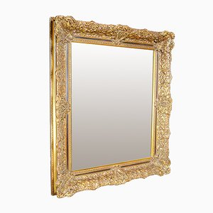 Spiegel im antiken verzierten Goldrahmen