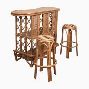 Mueble bar y taburete francés Mid-Century de ratán y bambú, años 70. Juego de 3