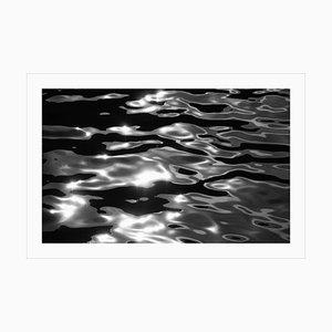Grande paesaggio marino bianco nero, riflessi dell'isola del Lido, acque astratte di Venezia 2021