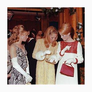 Blonde Schönheiten In Schwarz gerahmt von George Freston