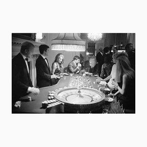 Tirage pigmentaire d'archives de casino encadré en blanc par Phillip Harrington