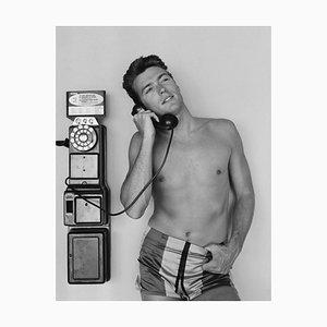 Clint Eastwood Münztelefon Silbergelatineharzdruck Gerahmt in Weiß von Michael Ochs Archives