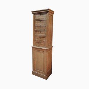 Mueble antiguo de roble con puerta y estante deslizante