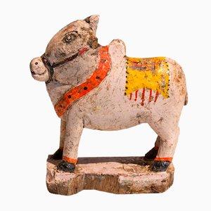 Antica statua di mucca in legno