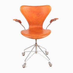Sedia da scrivania modello 3117 in pelle patinata di Arne Jacobsen per Fritz Hansen, anni '60
