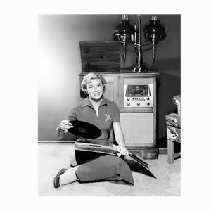 Doris Day and Her Record Collection Pergament Fotodruck in Weiß von Everett Collection