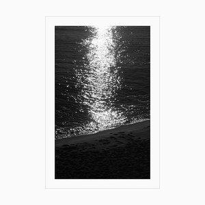 Paisaje marino grande en blanco y negro con estampado Giclée de Dark Beach Sunrise, 2021