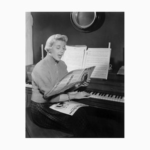 Schwarz lackierter Doris Day Sings Archival Pigment Print von Everett Collection