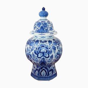 Jarrón de cerámica con decoraciones florales en azul de Delft, años 60