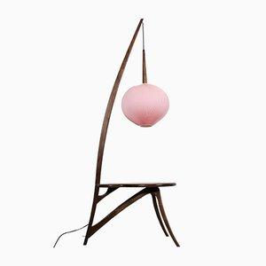 Lámpara de pie estilo Mid-Century en rosa y mesa American Nut