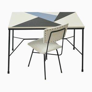 Mid-Century Schreibtisch mit mehrfarbiger Tischplatte & schwarzen Metallbeinen mit weißem Samtsessel