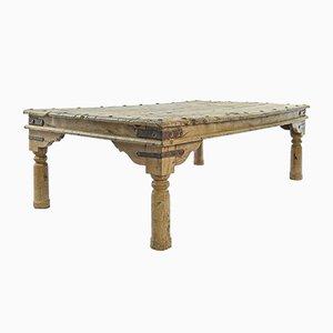Langer Verzierter Holztisch mit Nieten