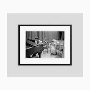 Elvis at the Piano Archival Pigmentdruck in Schwarz von Phillip Harrington