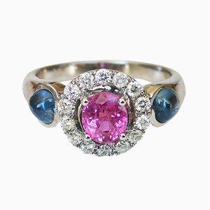 Ring aus 18 Karat Weißgold mit rosafarbenem unwarmem Saphirglas, blauem Saphirglas und Diamanten