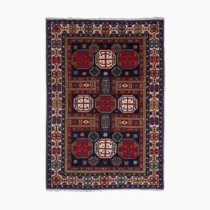 Geometrischer dunkelblauer Teppich mit einem zentralen Medallion und Border