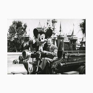 Walt Disney y Mickey Mouse en Disneyland, años 50
