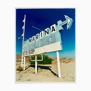 Marina Sign I, Salton Sea Beach, Kalifornien, 2003, Straßenschild Farbfotografie