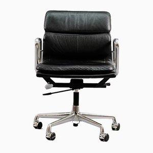 Sedia da scrivania EA217 Mid-Century in metallo cromato e pelle di Charles & Ray Eames per Vitra, Germania