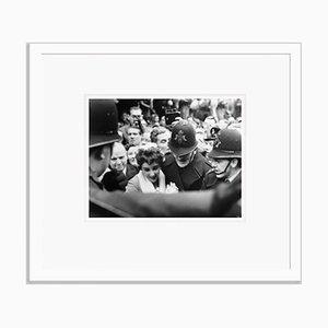 Elizabeth Taylor's Fans Archival Pigment Print in Weiß von Bettmann