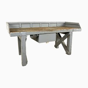 Banco de trabajo industrial antiguo de madera gris con cajón