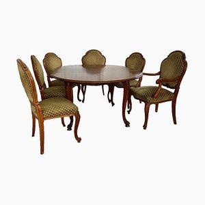 Mesa antigua hecha a mano con sillas tapizadas en verde. Juego de 7