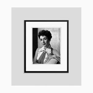 Elizabeth Taylor Archival Pigment Print Gerahmte in Schwarz von Bettmann