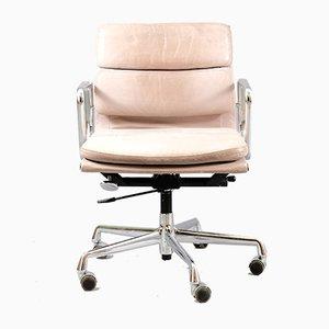 Sedia da scrivania EA 217 Mid-Century in metallo cromato e pelle di Charles & Ray Eames per Vitra, Germania