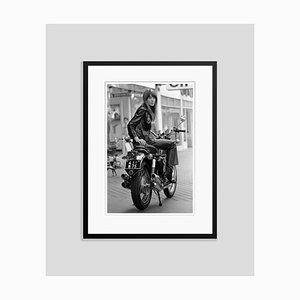 Stampa Francoise Hardy in resina argentata con cornice nera di Reg Lancaster