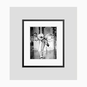 Fred Astaire en estampado Archment en negro Dancing in Action Framed en negro de Everett Collection