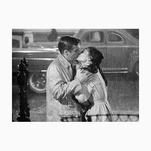 Stampa di un papiro Audrey Hepburn George Peppard Kiss In The Rain, 1961, Printed Later