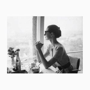 Lunch with Audrey Hepburn, Druck mit silbernem Gelatine Muster, 1958