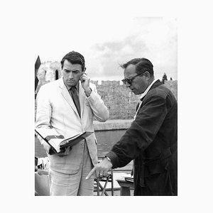 Impresión Archival de Gregory Peck & Carl Foreman enmarcada en negro de Everett Collection
