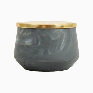 Vaso in porcellana lavorata a mano con coperchio in ottone di Anna Diekmann